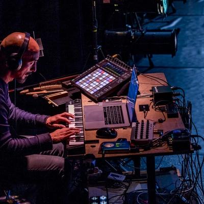 Ein Foto von Michio Woigardt beim Musikmachen.